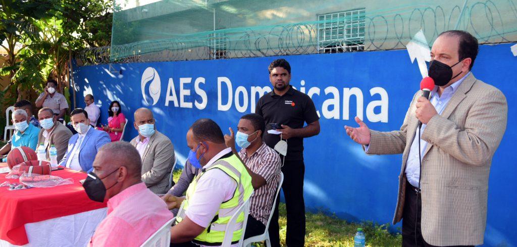 El viceministro Administrativo de Deportes, Franklin De la Mota, formula declaraciones durante el encuentro.