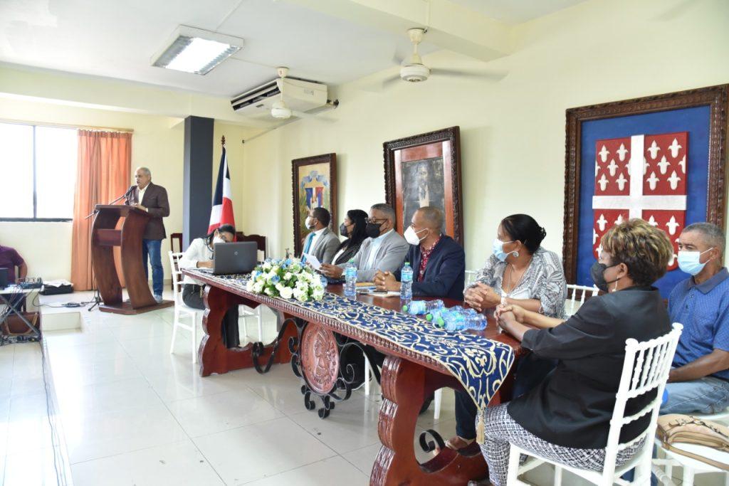 Beltré se dirige a los preseentes y en la mesa de honor el alcalde y los regidores de la ciudad