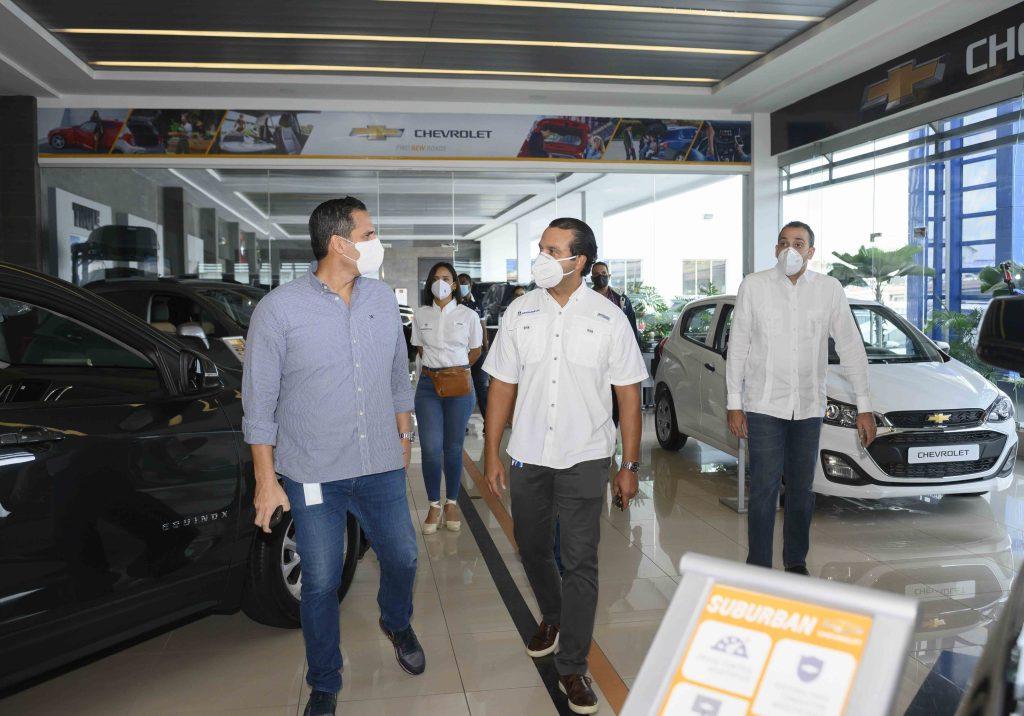 El subadministrador administrativo de Banreservas, José Manuel Almonte, efectúa un recorrido durante Expomóvil 2020.