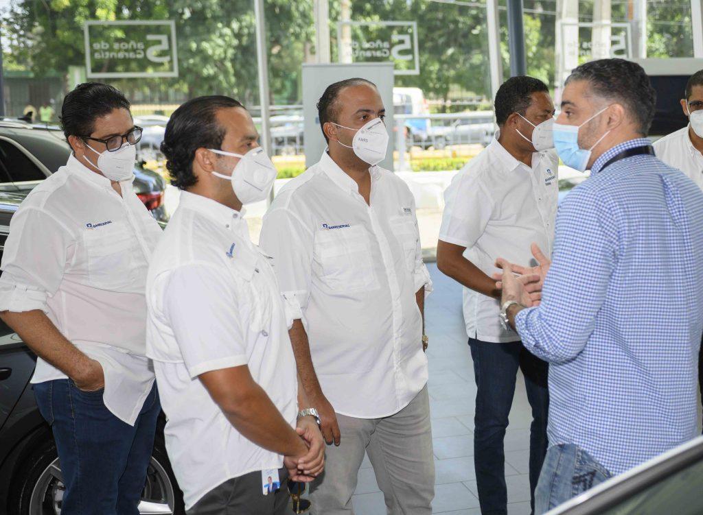 El administrador general de Banreservas, Samuel Pereyra, acompañado por ejecutivos de la institución financiera y distribuidores de vehículos durante un recorrido por concesionarios en Expomóvil 2020.
