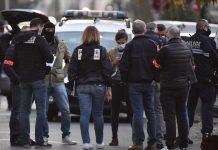 Investigadores de la policía tras el ataque en Lyon, este sábado. En vídeo, tiroteado un cura ortodoxo en la ciudad francesa de Lyon.FOTO: PHILIPPE DESMAZES (AFP) / VÍDEO: ATLAS