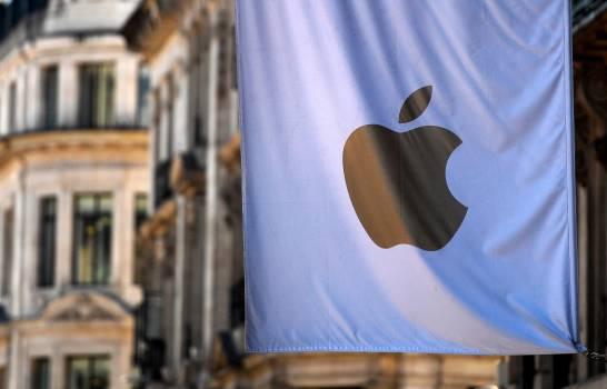 La bandera de Apple cuelga de su sede en Londres, Gran Bretaña, el 1 de agosto de 2018 (reeditada el 29 de octubre de 2020). Apple publicará sus resultados del cuarto trimestre fiscal de 2020 el 29 de octubre de 2020. (EFE)