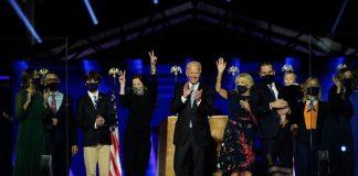 El presidente electo de EE.UU., Joe Biden (c), su esposa Jill Biden (c-d) y miembros de su familia celebran la victoria en Wilmington, Delaware (EE.UU.), hoy 7 de noviembre de 2020. EFE/Andrew Harnik