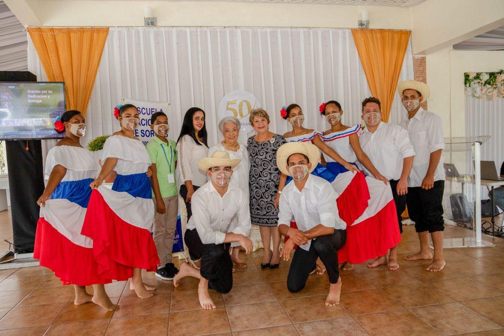 Cuerpo de baile de la Escuela Nacional de Sordos de Santiago