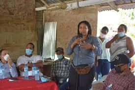 Una dirigente comunitaria expone durante el evento.