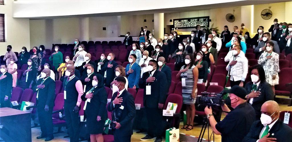 Delegados haciendo honor al Himno Nacional Asamblea Cooperatiismo