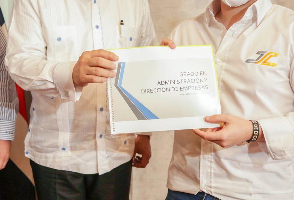 Francisco Camacho, ministro de Deportes, comparte con el automovilista Jimmy Llibre, a quien recibió en su despacho. Le acompaña