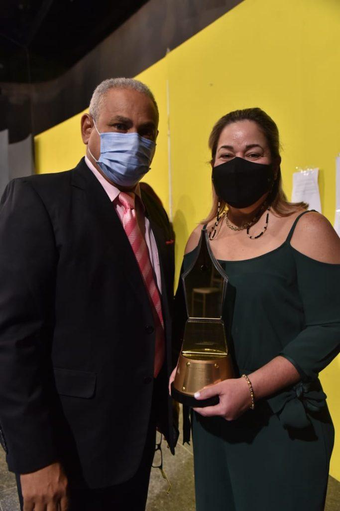 Amelia Izquierdo hija de Xilia Hernández recoje su estatuilla en Premio al Mérito 2020