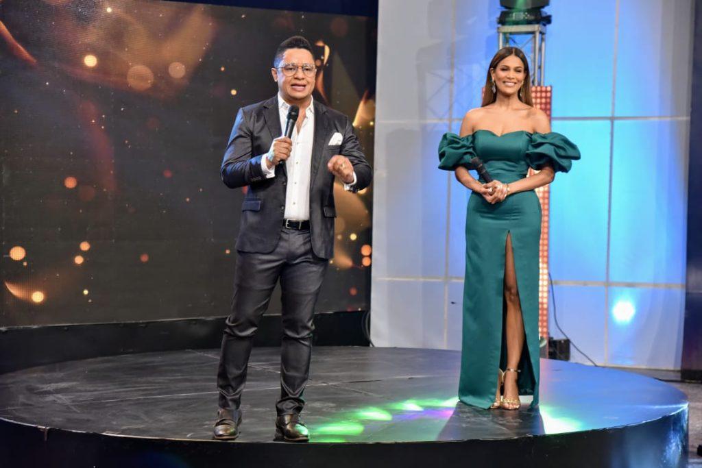 Estelar actuación de Robert Sánchez y Caroline Aquino en la conducción de Premio la Mérito 2020