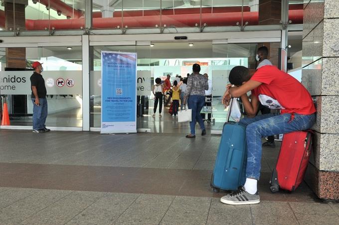Pasajeros varados en el aeropuerto Las Américas, de Santo Domingo. Fotos: Victor Ramírez / LD